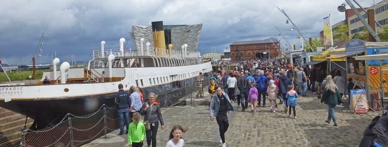 Visitantes nómadas en el festival marítimo de Belfast's titánico imagen de archivo libre de regalías
