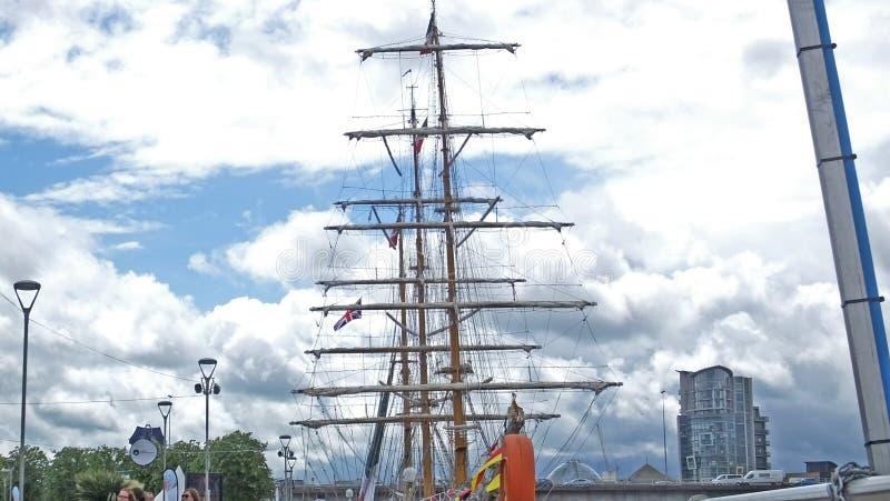 Visitantes en el festival marítimo de Belfast's titánico imagen de archivo