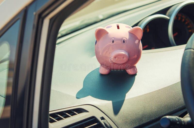 Różowe pudełko z pieniędzmi w samochodzie Oszczędność pieniędzy na zakup pojazdu Pomyślne planowanie finansowe i bankowość fotografia stock