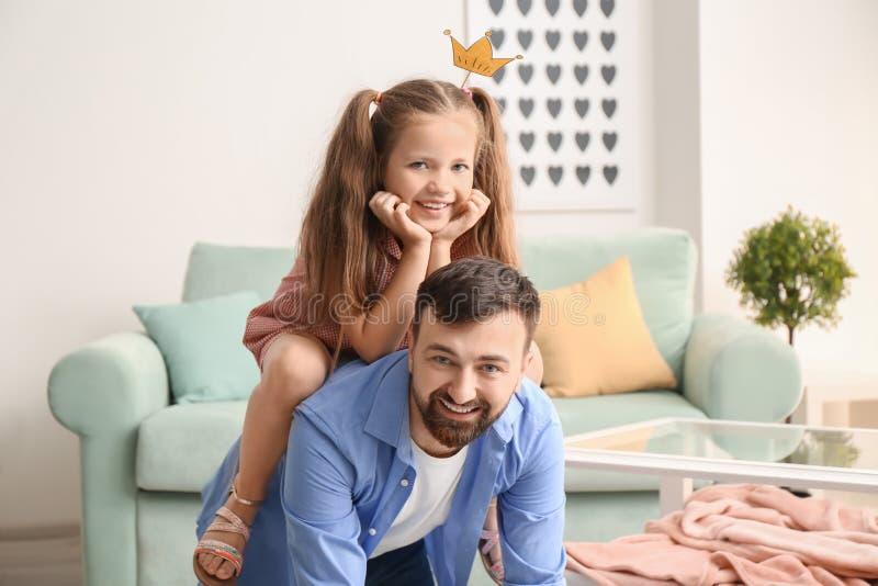 Pai que joga com pouca filha em casa imagem de stock