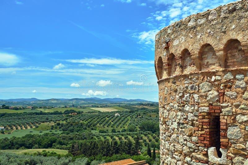 Średniowieczny warowny wierza i wiejski krajobraz z oliwkami obraz stock