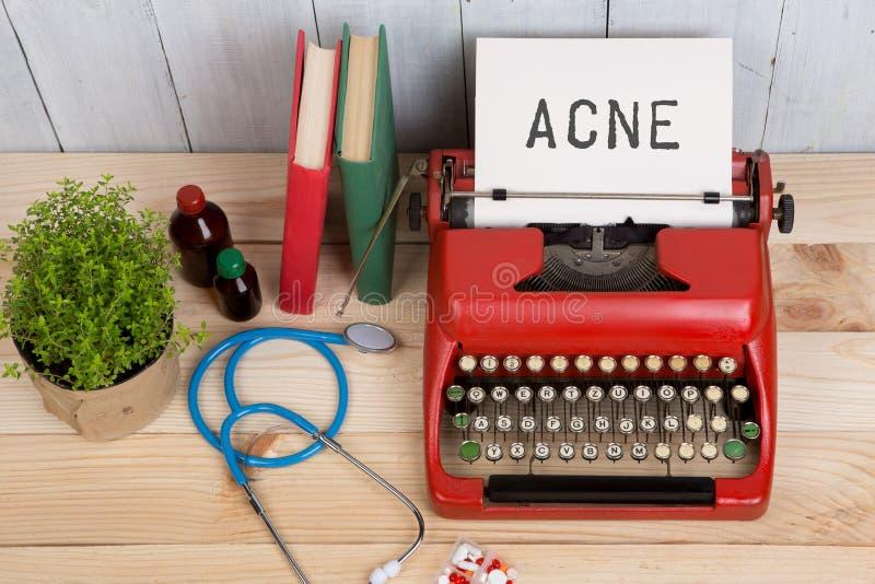 Recepturowa medycyna lub medyczna diagnoza - doktorska miejsce pracy z stetoskopem, pigułki, maszyna do pisania z teksta trądziki zdjęcia royalty free