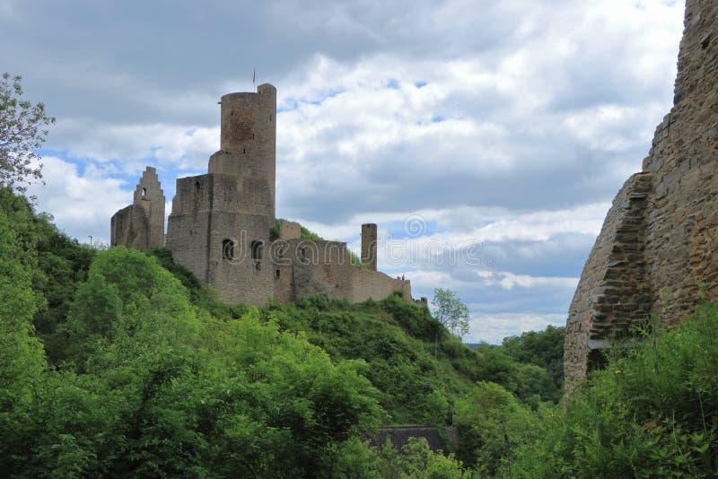 Loewenburg kasztelu ruina od niedalekiego Philippsburg nad miasteczko Monreal, Palatinate, Niemcy obrazy royalty free