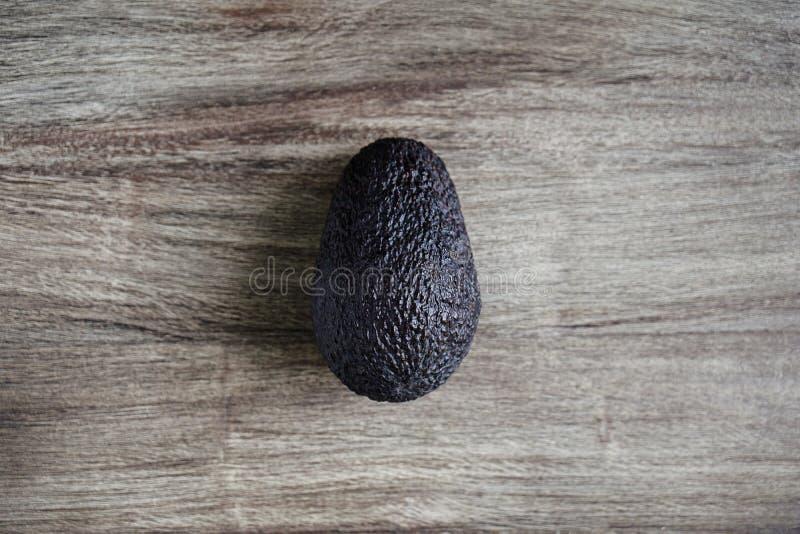 Fruto de abacate de Hass na tabela de madeira rústica imagens de stock royalty free