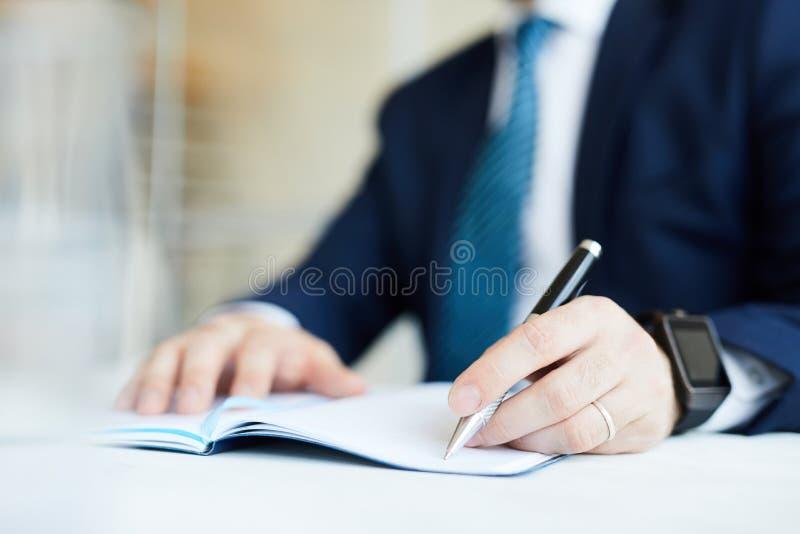 Homme d'affaires plaçant des tâches photo stock