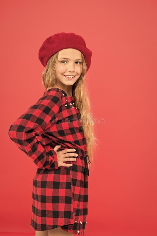 Модный берет-аксессуар для женщин Надень берет, как модная девушка Маленькая милая девочка с длинными блондинками позирует стоковое фото rf