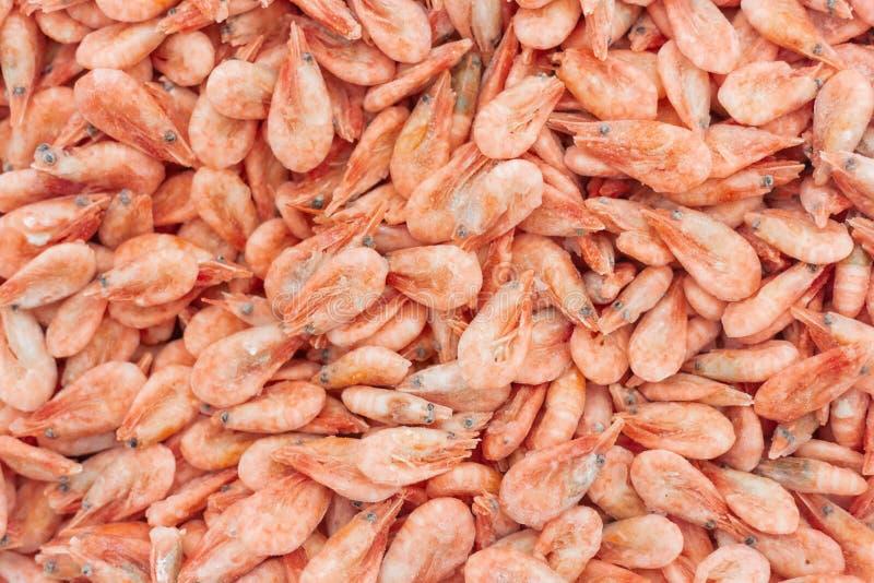 Розовые свежие замороженные креветки со льдом в супермаркете или рыбнРстоковые изображения rf