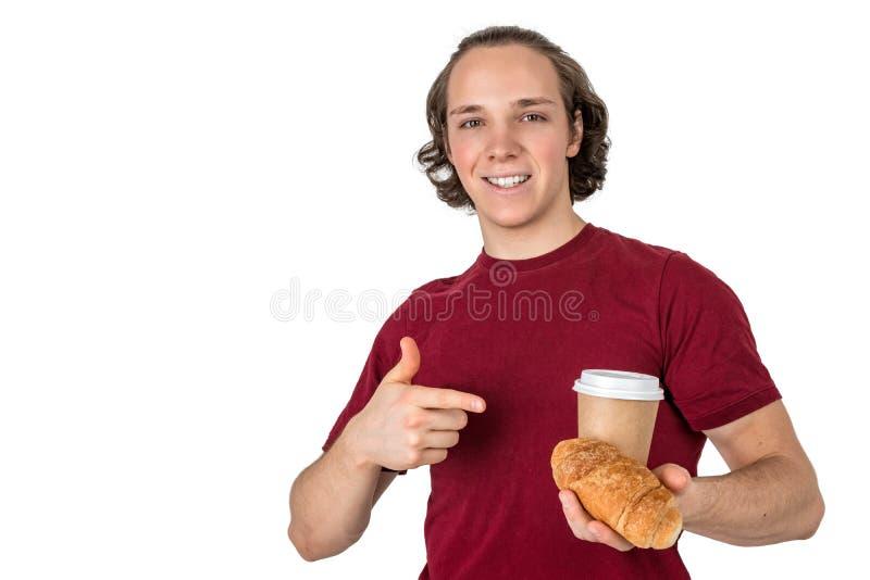 Café de la bebida del hombre y cruasán hermosos jovenes de la consumición Desayuno y café franceses de la mañana Aislado fotografía de archivo libre de regalías