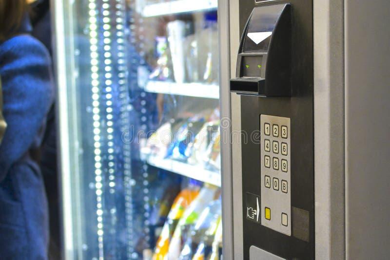 Cierre de la máquina expendedora de alimentos venta rápida fuera de la tienda comida rápida imágenes de archivo libres de regalías