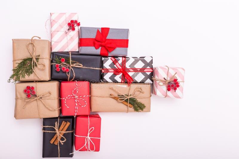 Många julklappar är isolerade på vit bakgrund Flera nya år ger i olika omslag Överkänslig, stäng, kopiera royaltyfri foto