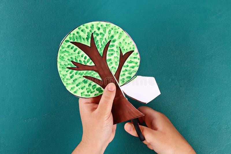 Diy paper tree fyra årstider sommar, höst, vinter, vår Trädsäsong 4 Barnens kreativitet royaltyfri foto