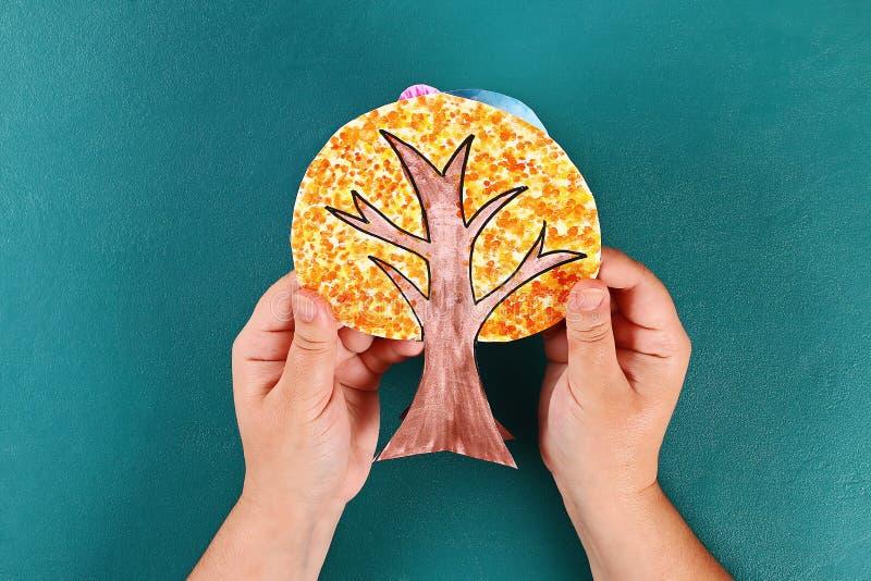 Diy paper tree fyra årstider sommar, höst, vinter, vår Trädsäsong 4 Barnens kreativitet royaltyfria bilder