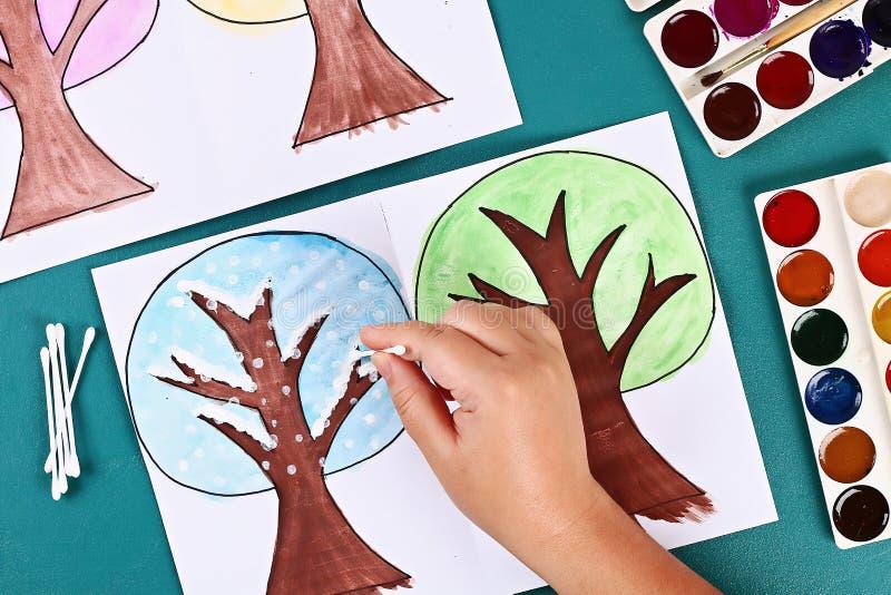 Diy paper tree fyra årstider sommar, höst, vinter, vår Trädsäsong 4 Barnens kreativitet royaltyfria foton