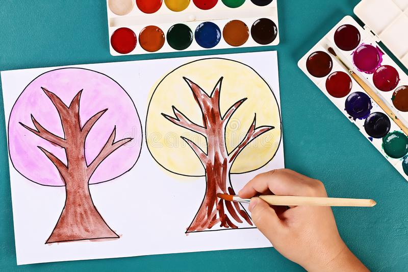 Diy paper tree fyra årstider sommar, höst, vinter, vår Trädsäsong 4 Barnens kreativitet fotografering för bildbyråer