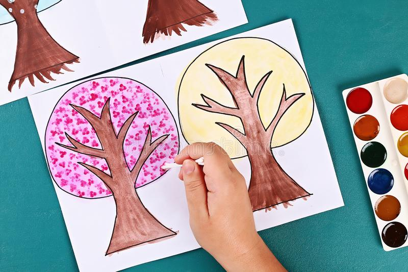 Diy paper tree fyra årstider sommar, höst, vinter, vår Trädsäsong 4 Barnens kreativitet arkivfoton
