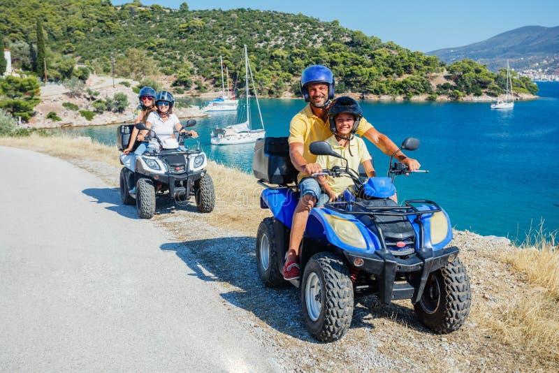 Familienreiten mit Quad Cute Junge und sein Vater auf Vierrad Motorkreuzsport auf der Insel Griechenland Familienurlaub lizenzfreie stockbilder