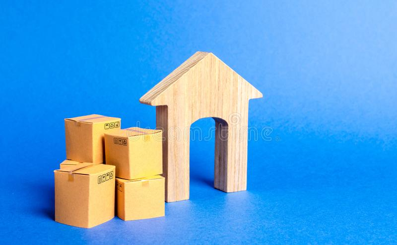 Woonhuis en stapel van dozen Concept het gaan naar een andere huis of stad begin van een nieuw stadium van het leven bezit stock fotografie