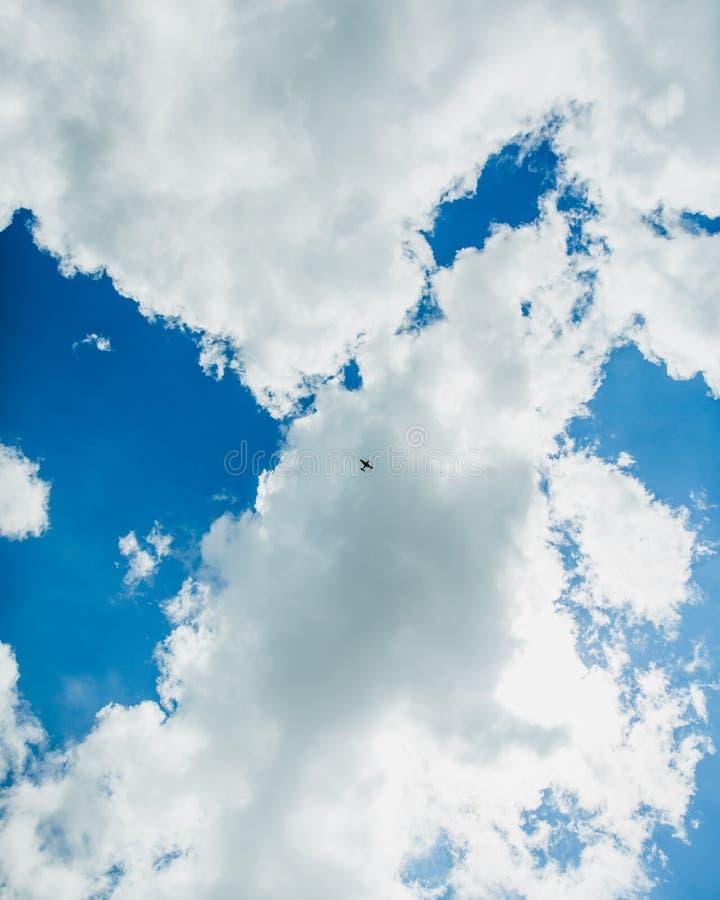 Ett enda idrottsplan i blå himmel med moln Flygmanövrerstunt Budapest, Ungern arkivfoton