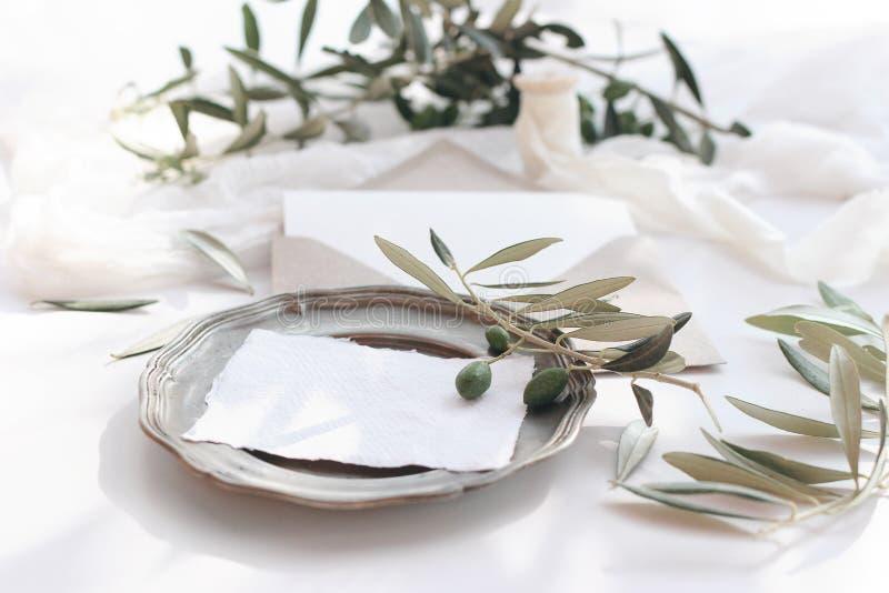 Scena del modello della cancelleria di nozze di estate Cartoline d'auguri in bianco, inviti sul piatto d'argento d'annata Busta d immagine stock libera da diritti