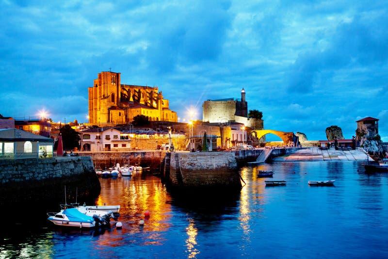 Ночной пейзаж в гавани Туризм городов на побережье Испании Кастро Урдиалес Кантабрия стоковое фото rf