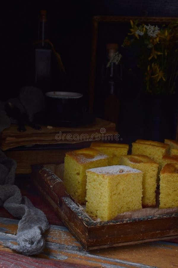 Домашний кукурузный торт с мандаринами на темном фоне Традиционный бразильский сладкий пирог Корнбуз Стиль: темный Moody стоковое изображение
