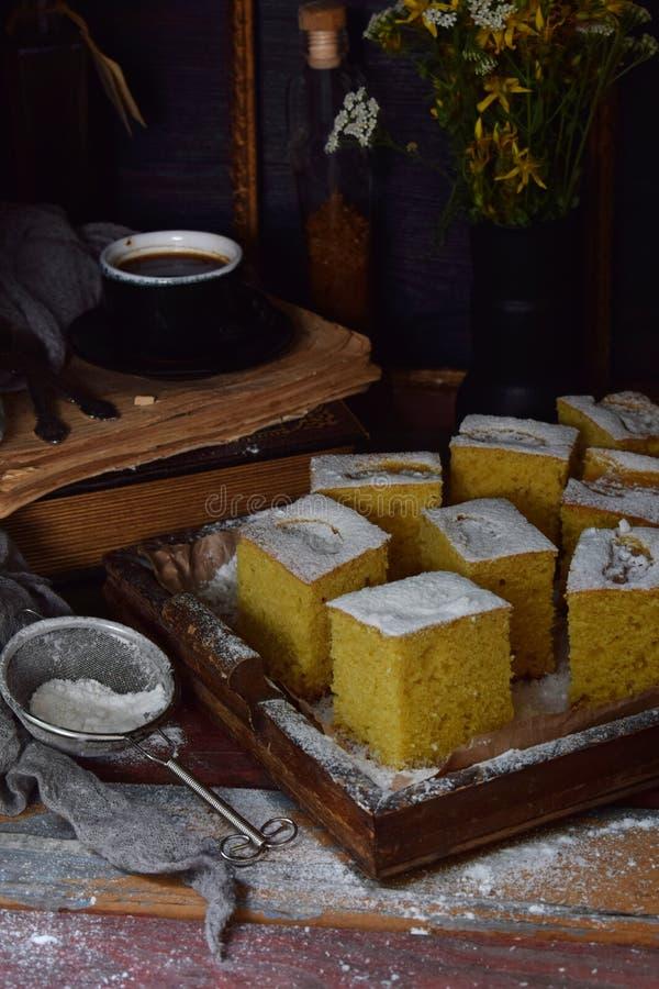 Домашний кукурузный торт с мандаринами на темном фоне Традиционный бразильский сладкий пирог Корнбуз Стиль: темный Moody стоковое фото rf
