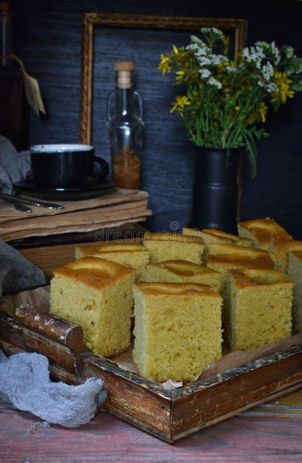 Домашний кукурузный торт с мандаринами на темном фоне Традиционный бразильский сладкий пирог Корнбуз Стиль: темный Moody стоковые изображения rf