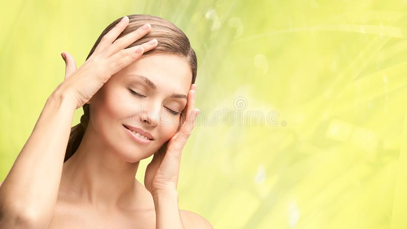 Retrato natural de beleza com mãos Cara de mulher madura Creme cosmético Cuidados da pele Menina elegante fotografia de stock royalty free