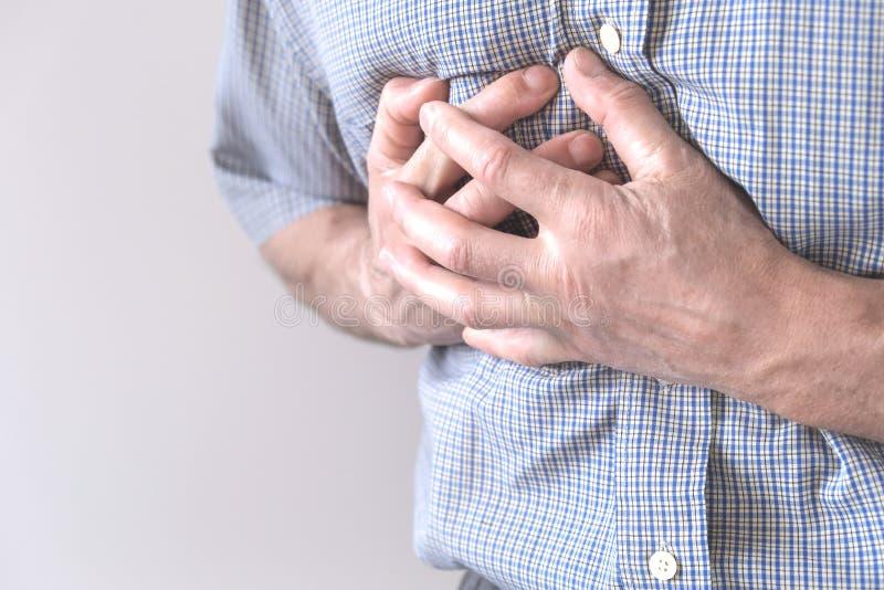 Le jeune homme souffre de douleurs thoraciques Spasme thoracique, angina pectoris Attaque cardiaque images stock