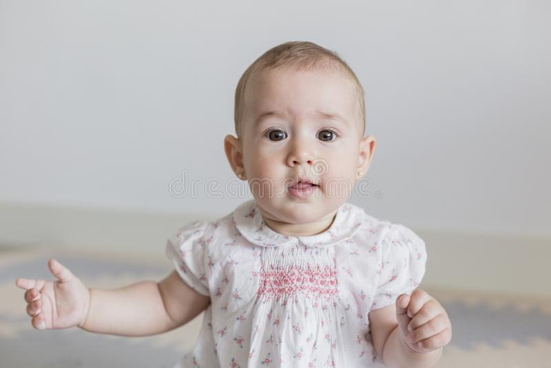 retrato de un bebé hermoso en casa Concepto de familia dentro D3ia y forma de vida imagenes de archivo
