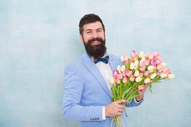 Bride-groom op huwelijksfeest bebaarde man in boegband met tulpenbloemen vrouwendag Formele volwassen zakenman lente stock fotografie