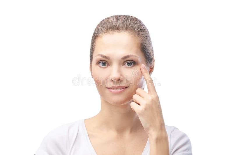 Vrouw wijst huidprobleem dermatologie aan Cosmetology schoonheidsmeisjesportret Verzorgingsprocedure stock foto