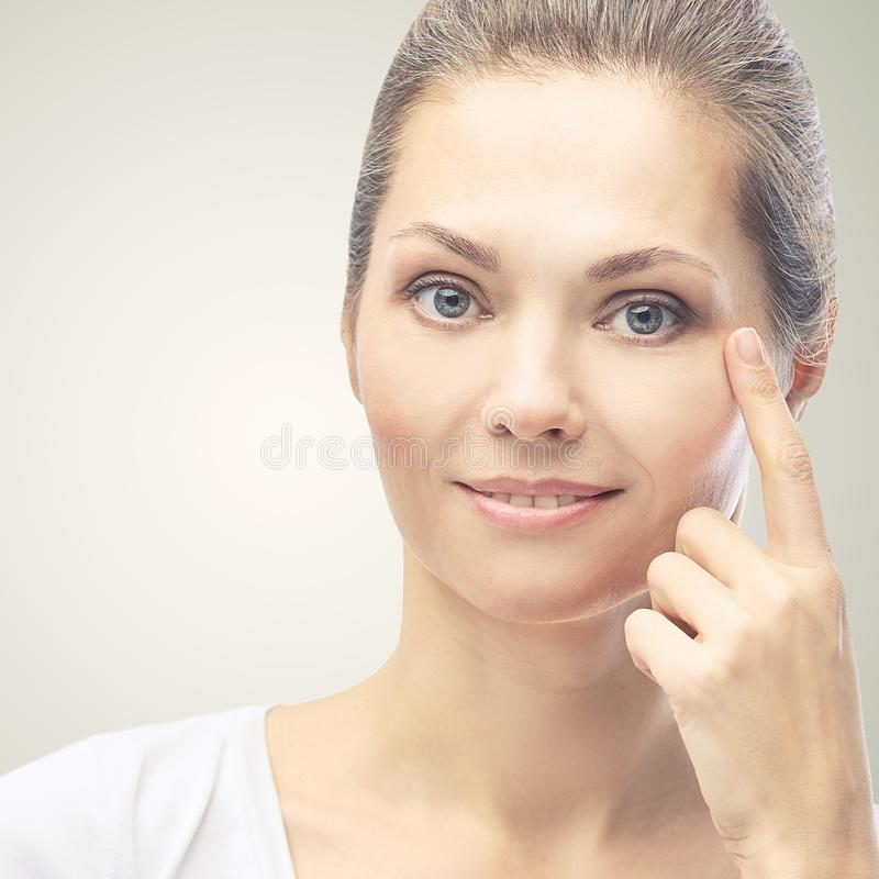 Vrouw wijst huidprobleem dermatologie aan Cosmetology schoonheidsmeisjesportret Verzorgingsprocedure royalty-vrije stock afbeeldingen
