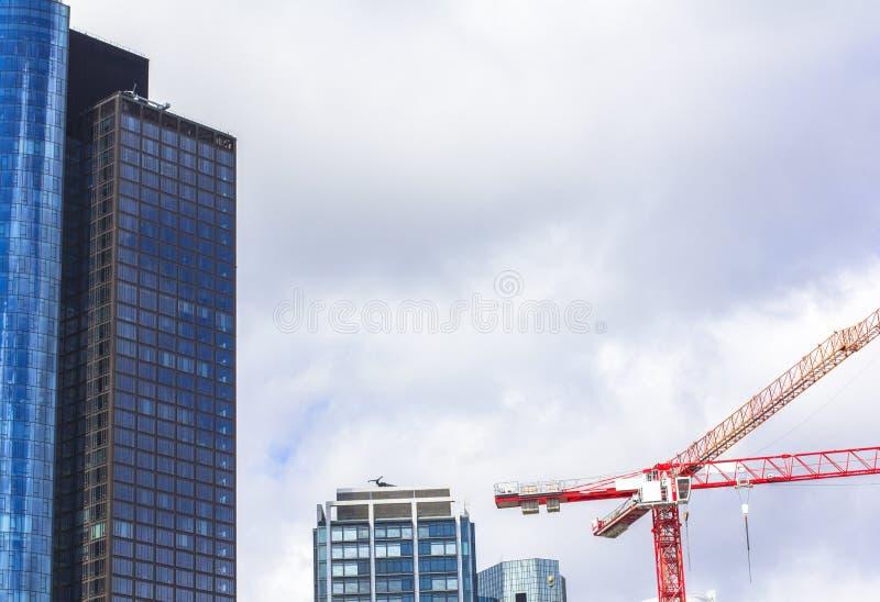 Skyscraper en bouw van een wolkenkrabber Het stadscentrum is gebouwd op hoge gebouwen kopieerruimte stock afbeeldingen