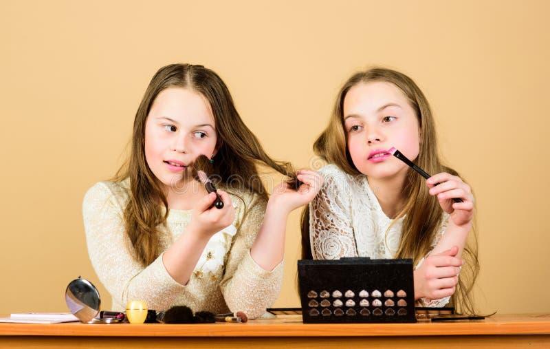 Trattamento del sale e della bellezza Proprio come giocare col trucco Le bambine scelgono i cosmetici Makeup fotografia stock