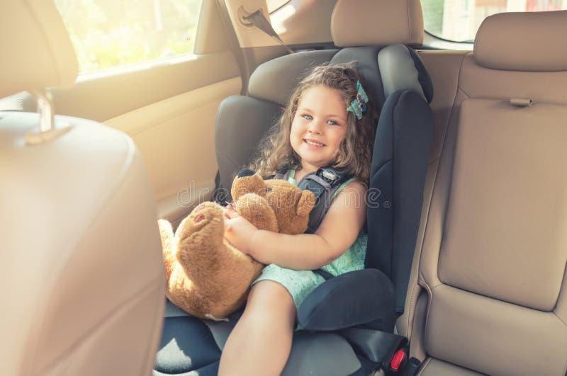 Söt litet spädbarn i bilstolen Porträtt av söt småbarn som sitter i bilstol Säkerhetskoncept royaltyfri fotografi
