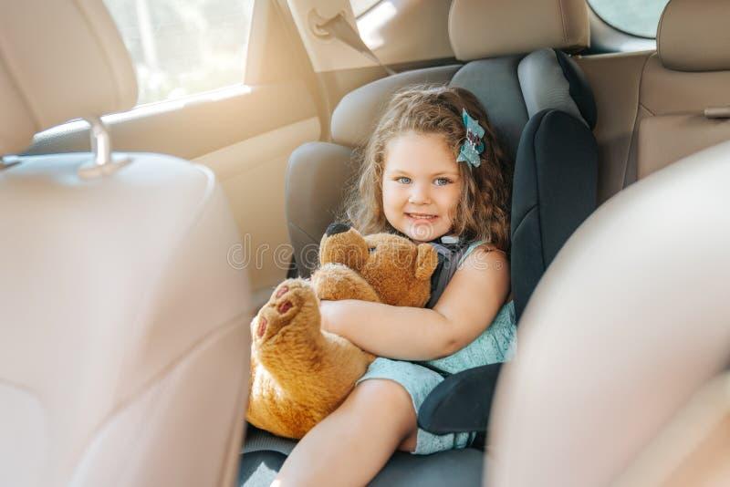 Söt litet spädbarn i bilstolen Porträtt av söt småbarn som sitter i bilstol Säkerhetskoncept royaltyfri bild