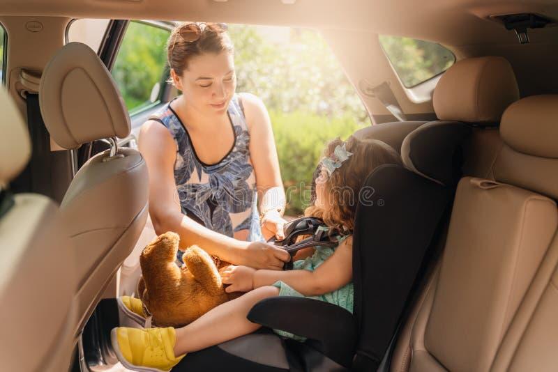 Söt litet spädbarn i bilstolen Porträtt av söt småbarn som sitter i bilstol Säkerhetskoncept arkivbild