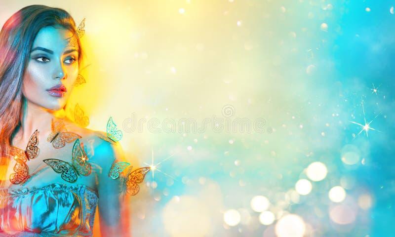 La bella fantasía modelo joven primaveral en coloridas luces de neón brillantes Retrato de una hermosa joven de verano en UV Dise imagen de archivo