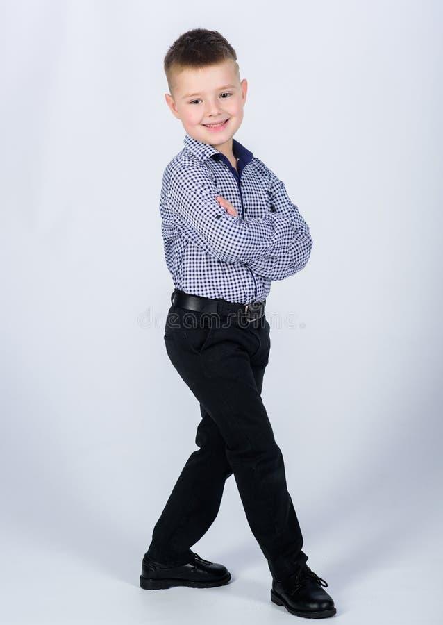 Kleiner Junge trägt formale Kleidung Cute-Junge-Komplex Tadelloser Stil Gute Kindheit Kindermode Klein stockfotos