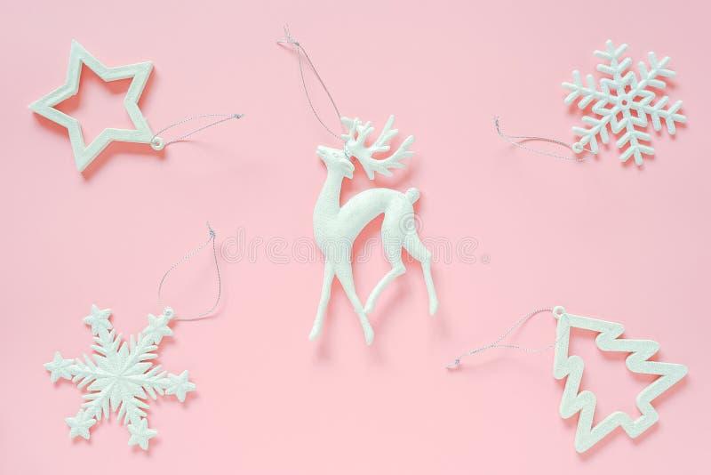 Brinquedo de três árvores de decoração de Natal branco no espaço de cópia de fundo rosa Conceito Feliz Natal ou Feliz Ano Novo Es imagens de stock royalty free