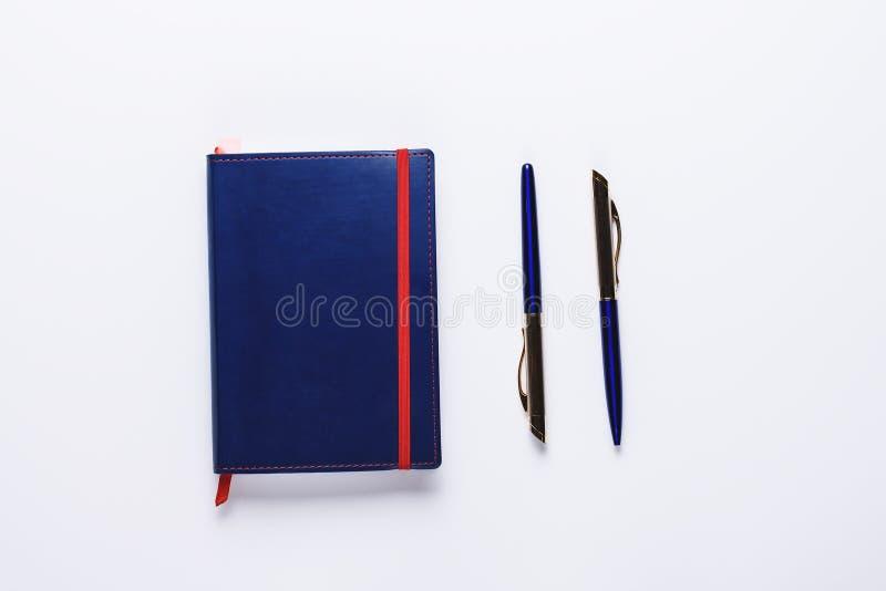 Blaues Tagebuch mit zwei Stiften Konzept der Büroarbeit, Journalismus, Blog Flachlage, obere Sicht lizenzfreie stockfotografie