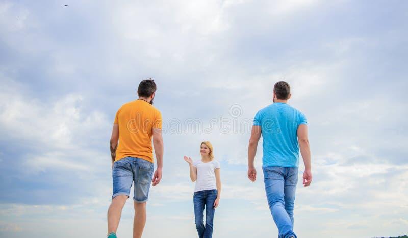 Att välja liv Ta reda på vilken dag som går bra pojkvän En kvinna väljer frihet framför frihet royaltyfri bild