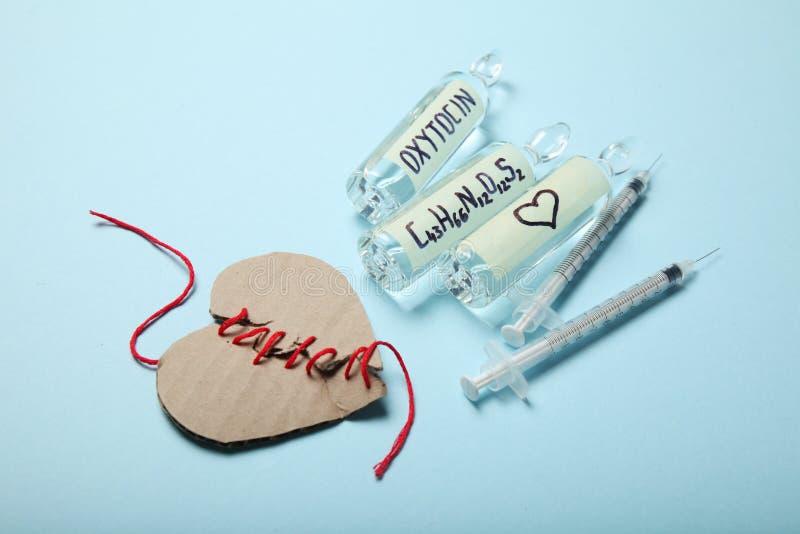 Ampul met oxytocine, liefdeshormoon Biochemie in het lichaam Gebroken hart stock foto's