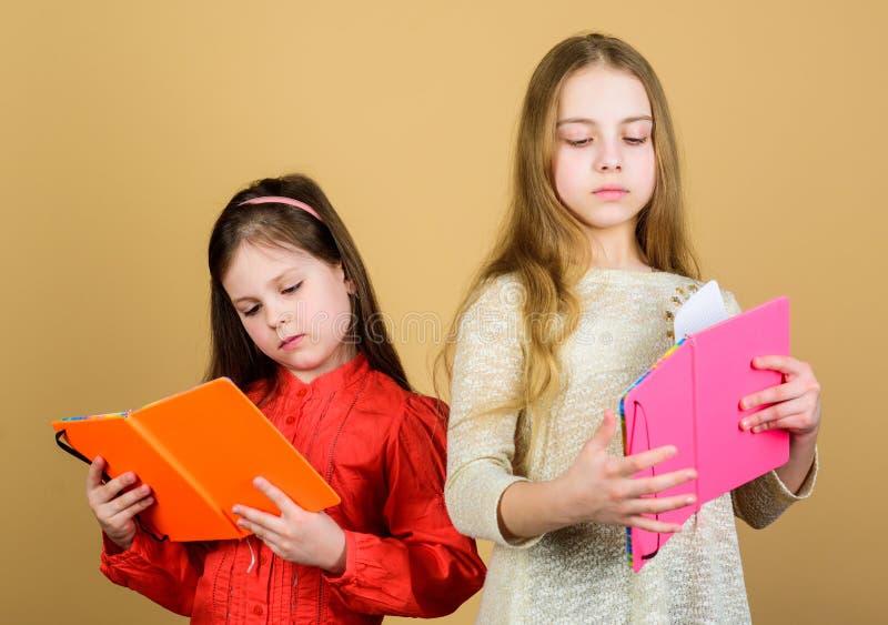 Lieblingsmärchen Die Schwestern wählen gemeinsam Bücher zum Lesen Adlige Mädchen lieben Bücher Geheimkalender Öffnen der Türen du stockbild