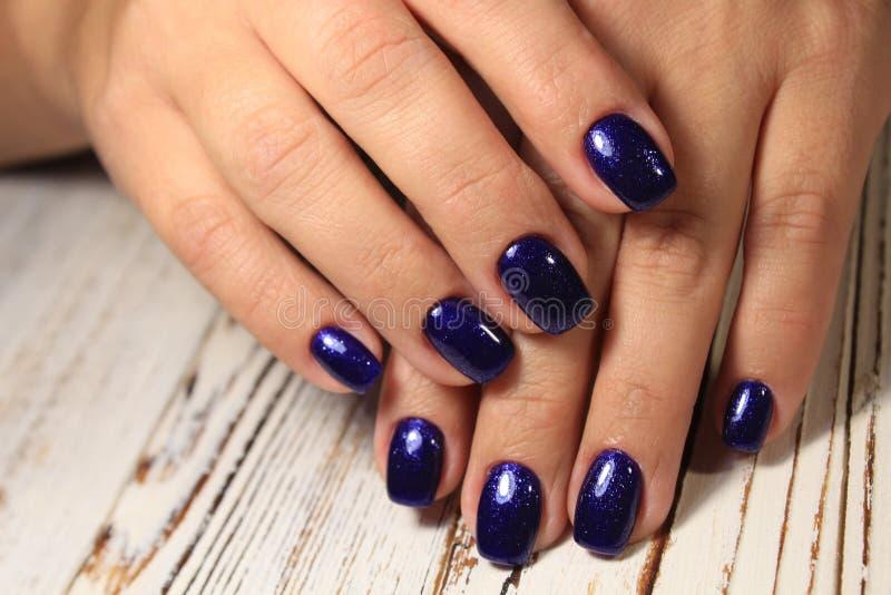 Niesamowite paznokcie naturalne Kobiety i x27;s ręce z czystym manicure Zastosowano polerowanie żelem obrazy stock