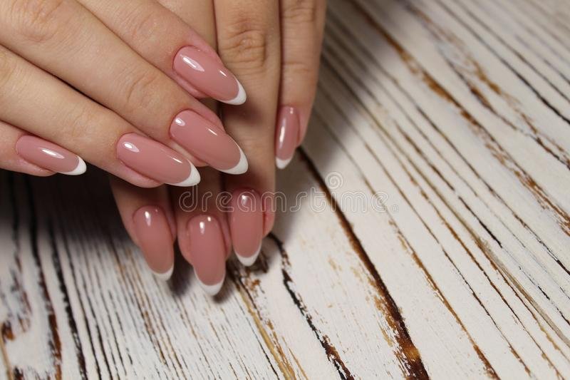 Niesamowite paznokcie naturalne Kobiety i x27;s ręce z czystym manicure Zastosowano polerowanie żelem zdjęcie royalty free