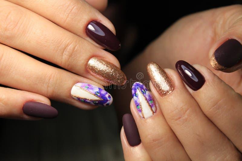 Niesamowite paznokcie naturalne Kobiety i x27;s ręce z czystym manicure Zastosowano polerowanie żelem zdjęcia stock