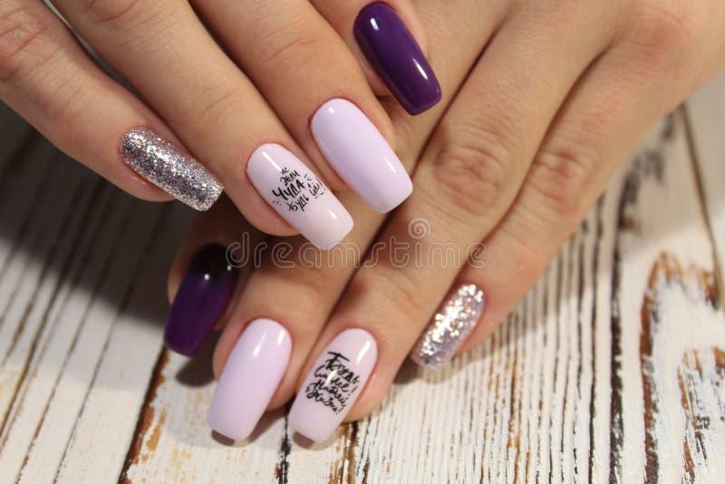 Niesamowite paznokcie naturalne Kobiety i x27;s ręce z czystym manicure Zastosowano polerowanie żelem zdjęcia royalty free