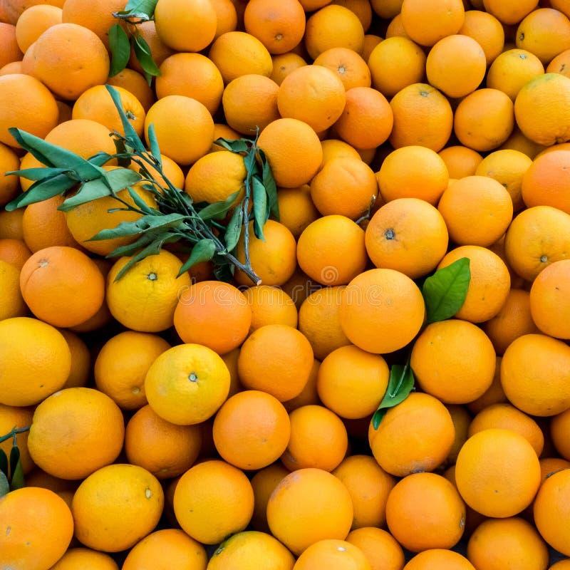 Verse sinaasappelen voor de teelt van juiks op de landbouwmarkt Achtergrond voor oranje close-up Gezonde vegaanvoeding stock fotografie